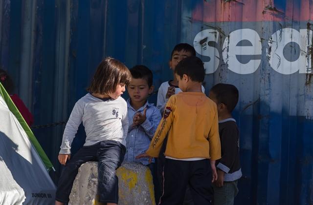 Des enfants migrants jouent