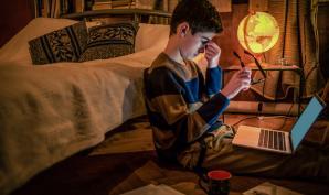 Confinement : les jeunes croulent sous les devoirs