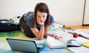Jeune élève en cours à distance